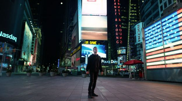 Elliot-Rami-Malek-standing-in-Times-Square-Mr.-Robot-Season-Finale-Review (1)
