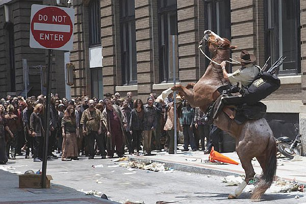 the-walking-dead-season-1-rick-and-horse-in-atlanta-with-zombie-ambush